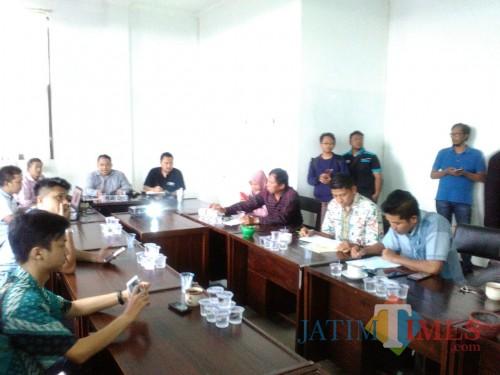 Bawaslu Kota Batu saat mengadakan rapat koordinasi pengumpulan data IKP di kantor Bawaslu. (Foto: Irsya Richa/MalangTIMES)