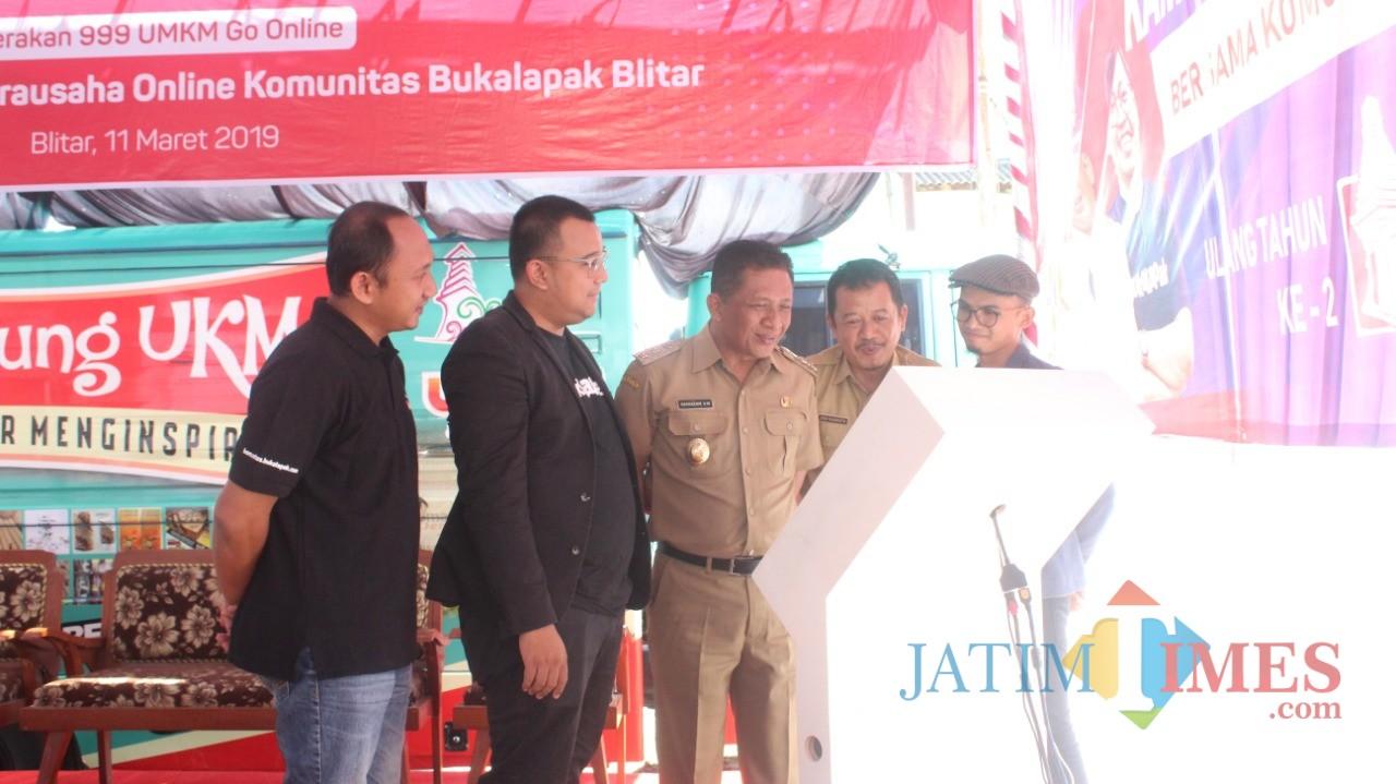 Wabup Blitar Marhaeinis UW didampingi Kepala Dinas Kominfo Eko Susanto  meresmikan Kampung Wirausaha Online di Gogolatar.(Foto : Aunur Rofiq/BlitarTIMES)