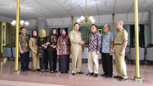 Kepala Pusvetma Agung Suganda (tiga dari kanan) bersalaman dengan Kepala Dinas Peternakan Kabupaten Malang Nurcahyo. (Pipit Anggraeni/MalangTIMES).