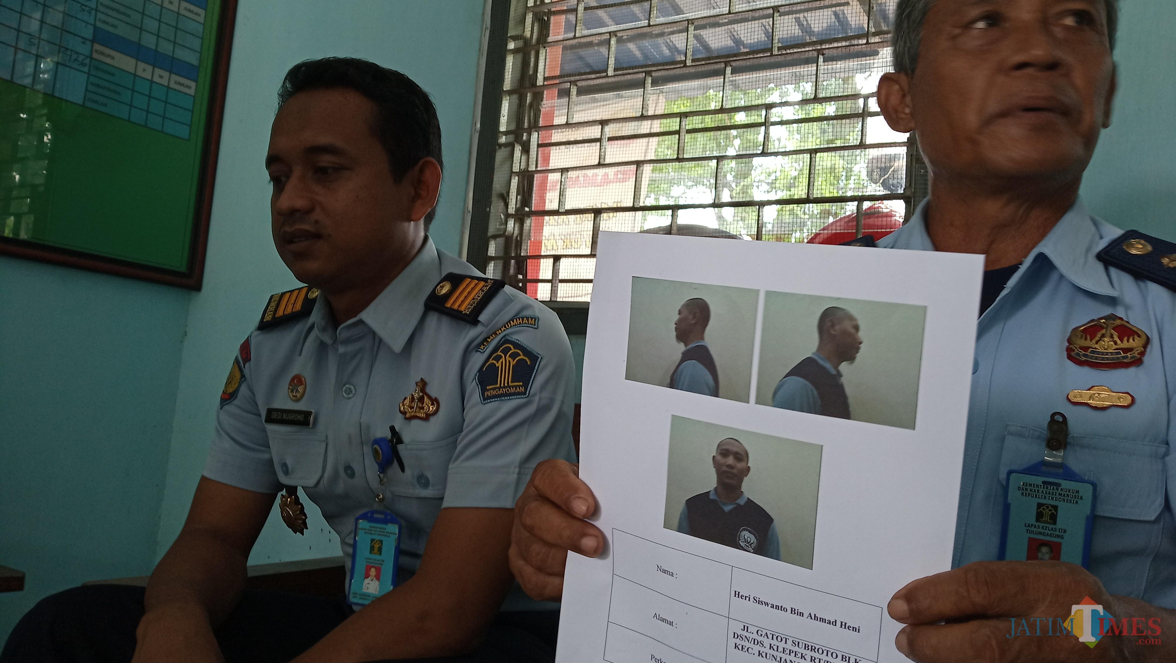 Kasi Binadik (kiri) Dedi Nugroho dan KPLP Manap menunjukkan foto napi yang kabur. (foto: Joko Pramono/JatimTimes)