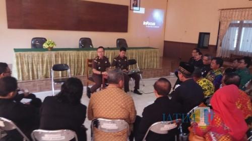 Sejumlah guru SMA menggelar pertemuan dengan Kejaksan Negeri Banyuwangi.