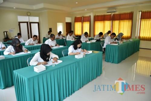 Suasana UKK seleksi terbuka jajaran direksi PDAM Kota Malang di gedung Bakorwil Jawa Timur III, Jalan Simpang Ijen. (Foto: Nurlayla Ratri/MalangTIMES)