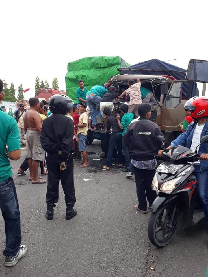 Proses evakuasi sopir truk yang dilakukan oleh warga dan pengguna jalan yang melintas. (Istimewa)