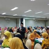 Wali Kota Malang, Sutiaji (berdiri) saat menjadi keynote speaker dalam agenda Peningkatan Partisipasi Politik Masyarakat Dalam Pemilu yang digelar Bakesbangpol Kota Malang dan melibatkan gabungan Organisasi wanita se Kota Malang (foto: Pipit Anggraeni/MalangTIMES)