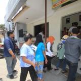Puluhan anggota KSU MP saat melapor di SPKT Polresta Probolinggo  (Agus Salam/Jatim TIMES)