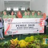 Anggota Persit Kodim 0808/Blitar bersama relawan demokrasi dan Komisioner KPU Kota Blitar