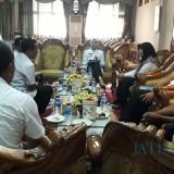 Bupati Jember dr. Hj. Faida MMR saat memberikan pengarahan kepada Pj. Kades di Pendopo Pemkab Jember (foto : istimewa / Jatim TIMES)