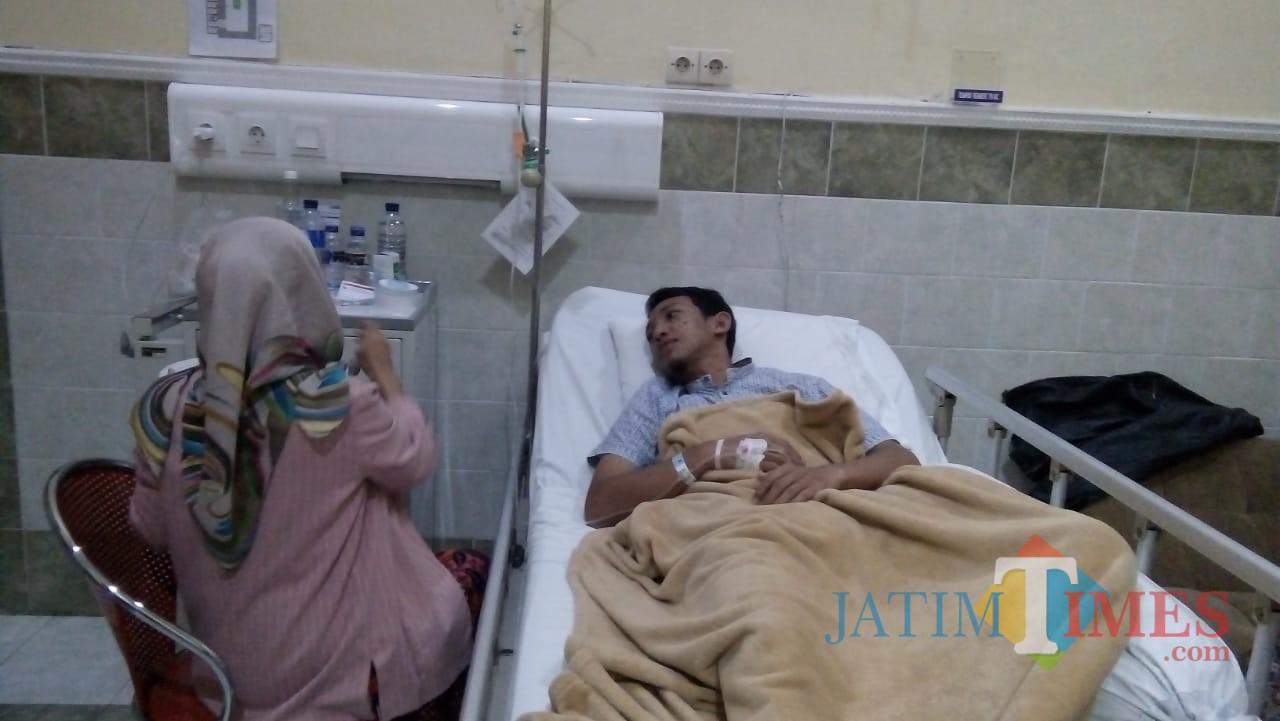Dedy Dwi Setiawan saat mendapat perawatan di Jember Klinik dengan didampingi istrinya (foto : Moh. Ali Makrus / Jatim TIMES)
