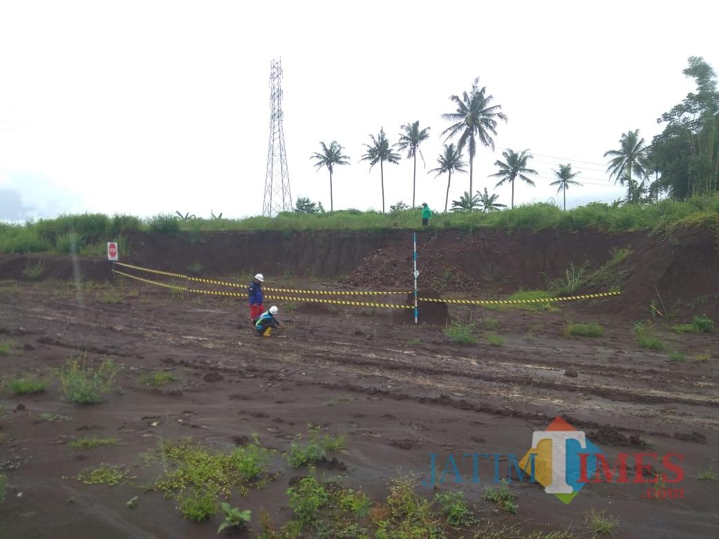 Garis polisi yang dipasang di sekitar struktur bangunan tua yang diduga situs sejarah di kawasan pembangunan Tol Malang-Pandaan. (Foto: PT JPM for MalangTIMES)