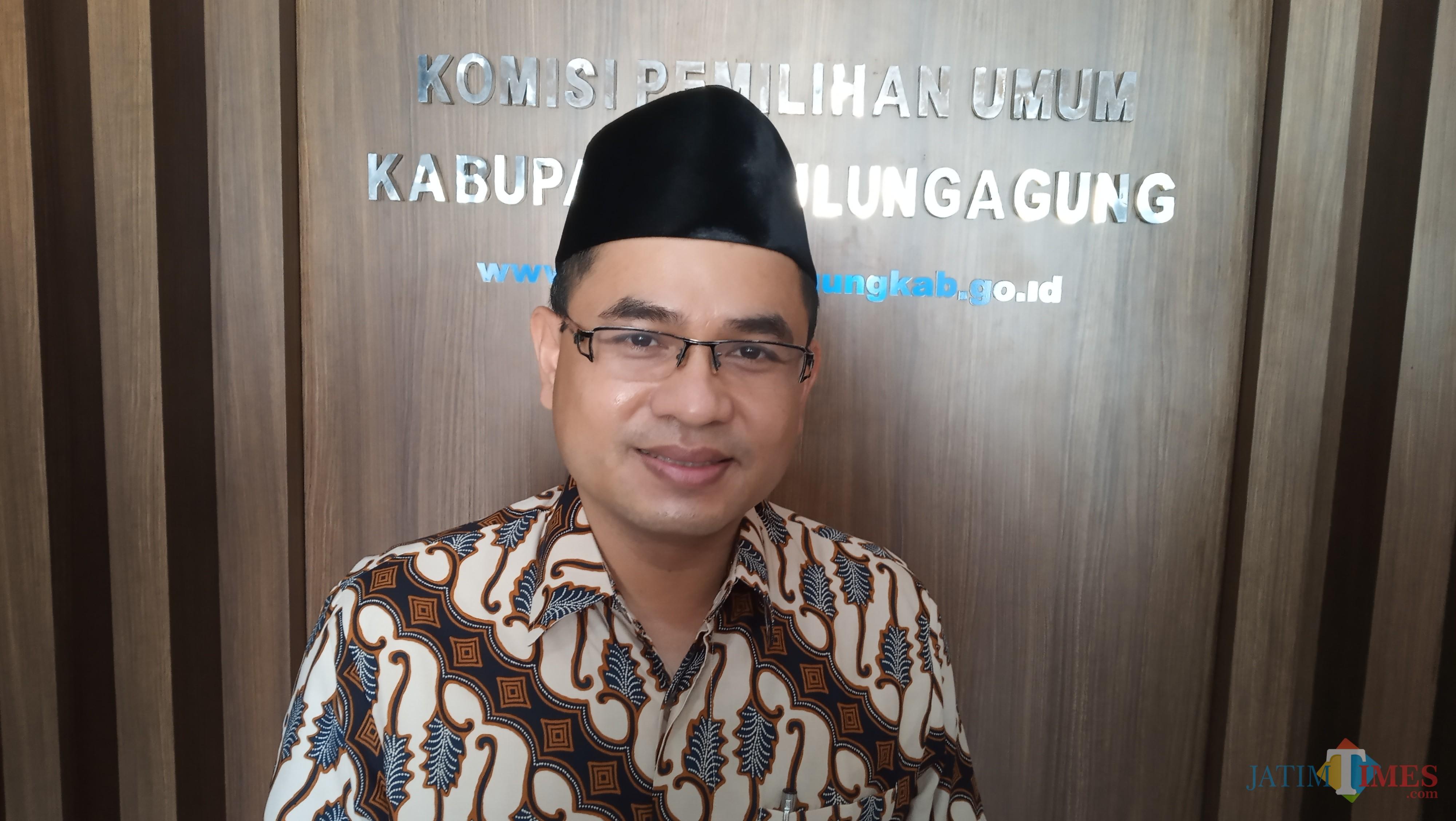 Anggota Komisioner KPU Tulungagung,  Mustofa (foto: Joko Pramono/Jatim times)