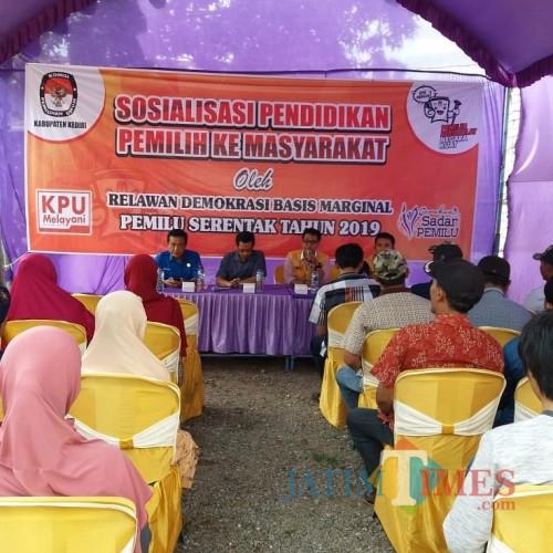 KPU Kabupaten bersama tim relawan demokrasi saat menyosialisasikan Pemilu 2019. (Eko Arif S /JatimTIMES)