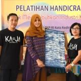 Ketua Dewan Kerajinan Nasional Daerah Fery Silviana Abu Bakar (tengah) saat menunjukkan kerajinan Handicraft. (Eko Arif S /JatimTIMES)