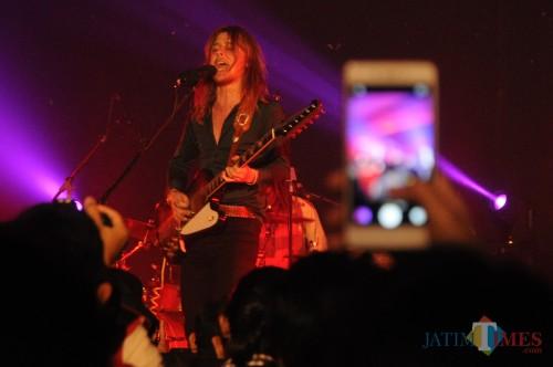 Pablo Petrus Andreas Van De Poel (Vokal/Gitaris) DeWolff saat konser di Gedung Kesenian Gajayana Kota Malang (foto: Luqmanul Hakim/ MalangTIMES)