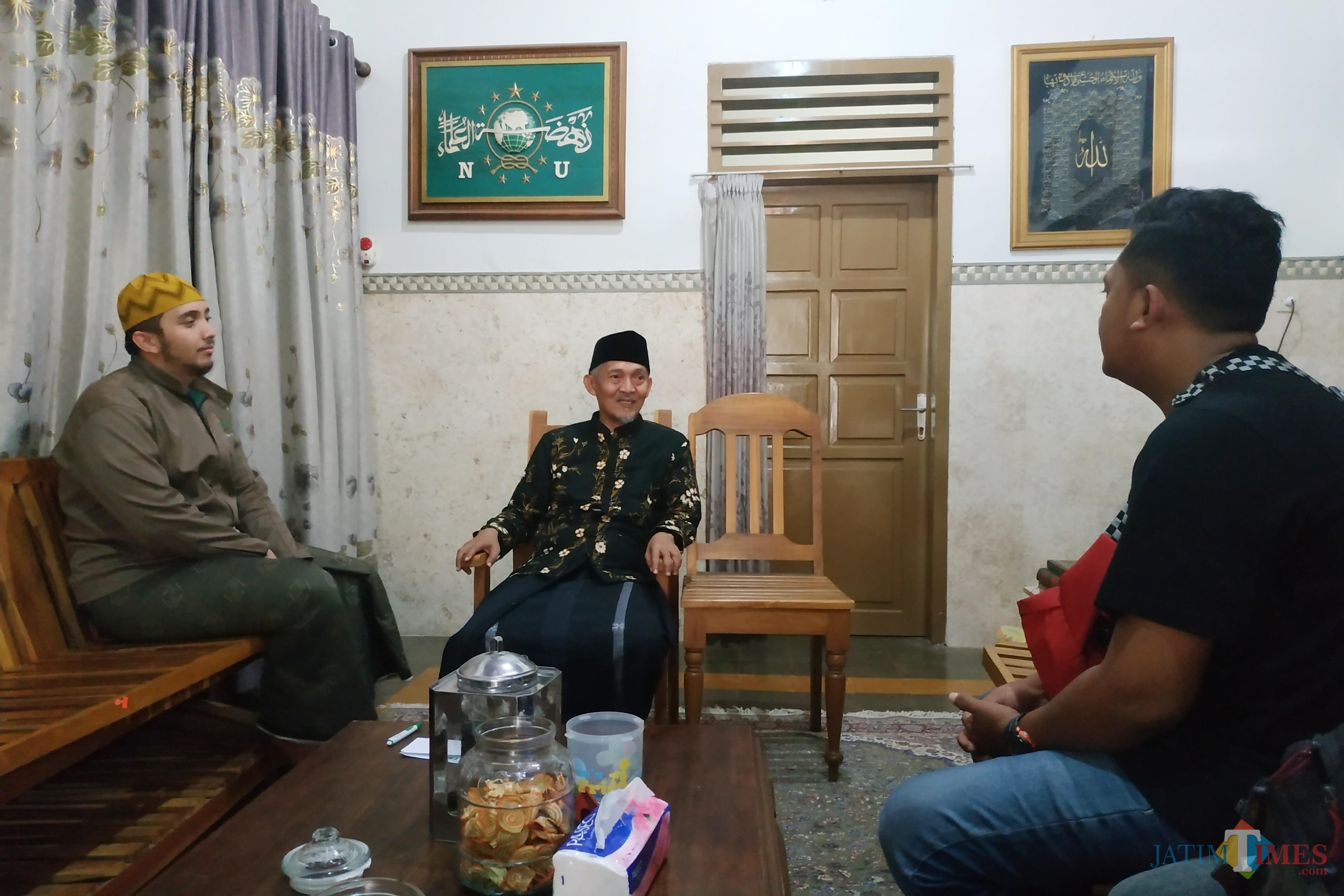 Ketua Umum Pengurus Pusat Himpunan Alumni Pondok Pesantren Lirboyo (HIMASAL) KH. Abdulloh Kafabihi Mahrus (tengah)  ketika ditemui�di kediamannya. (Foto: B Setioko/JatimTIMES)