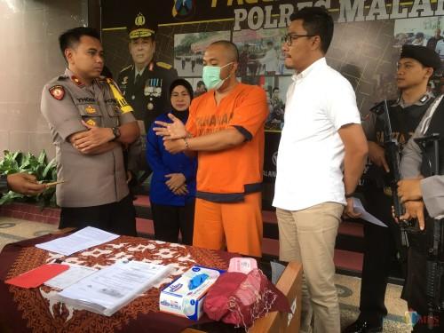 Andi Prastika tersangka kasus penggelapan dalam jabatan saat diamankan pihak kepolisian, Kabupaten Malang (Foto : Ashaq Lupito / MalangTIMES)