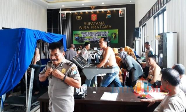 Anggota Polres Banyuwangi saat mengikuti Rikkes dari Biddokkes Polda Jatim yang bertempat di Rupatama Polres Banyuwangi, Kamis (14/3/19) siang.