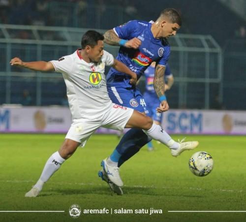 Arthur Cunha (baju biru) ketika berduel dengan pemain Barito Putera Samsul Arif (foto: official Arema FC)