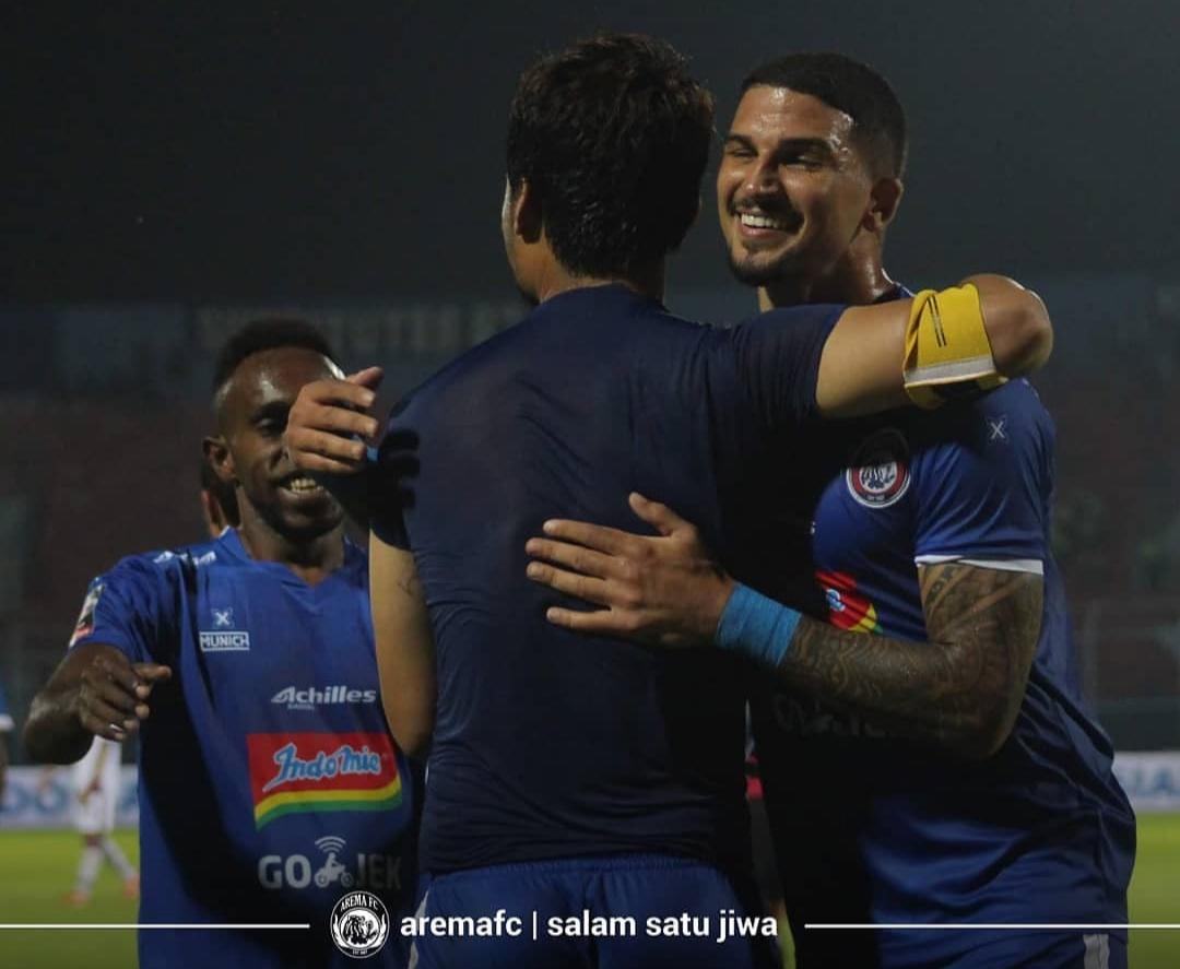 Arthur Cunha ketika meratakan gol dari Hamka Hamzah (foto: official Arema FC)