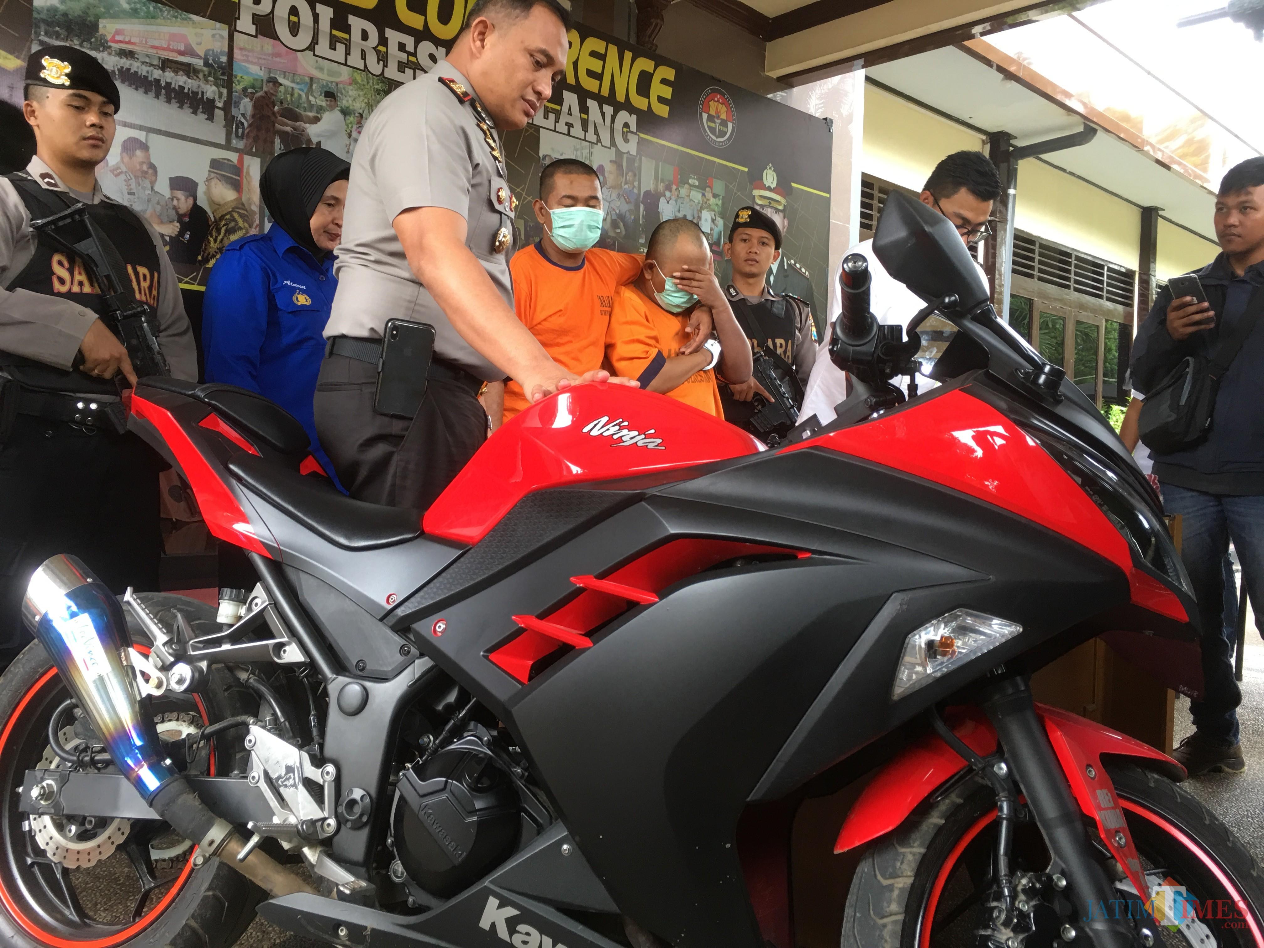 Anis tersangka penjambretan beserta barang bukti saat diamankan polisi, Kabupaten Malang (Foto : Ashaq Lupito / MalangTIMES)