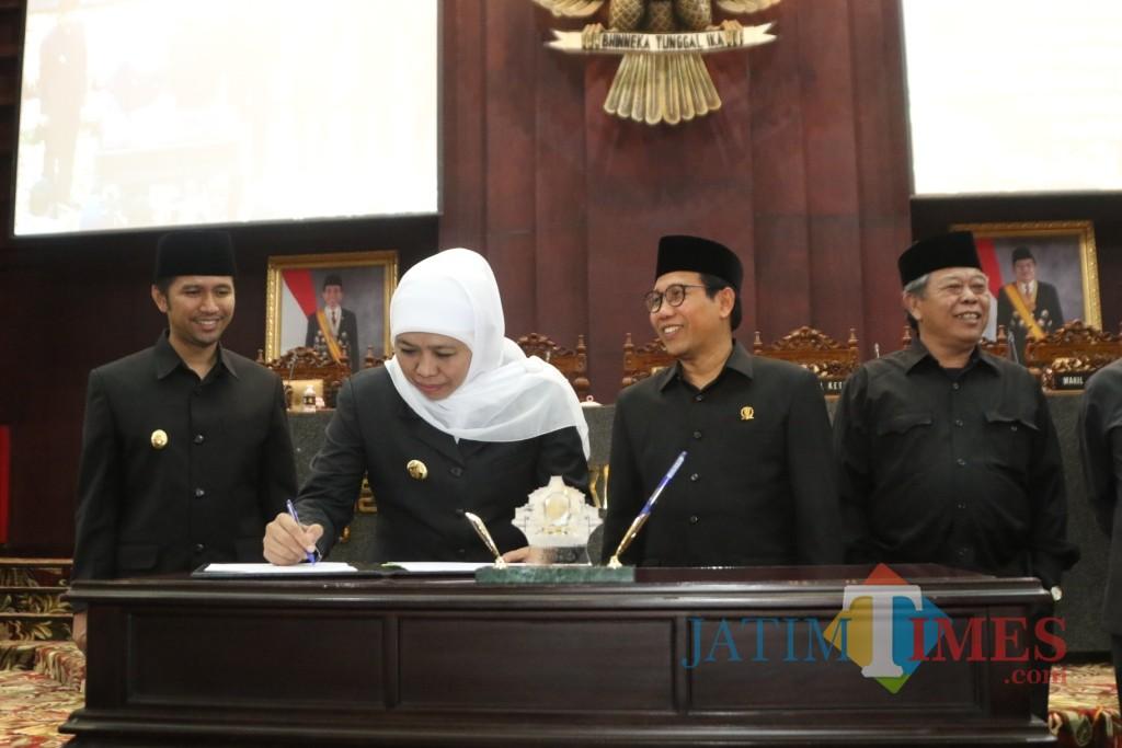 Gubernur Jatim Khofifah Menandatangani Nota Kesepakatan Terhadap RPJMD Prov Jatim Tahun 2019-2024