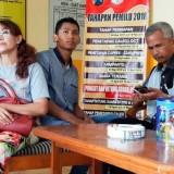 Oknum guru SDN 2 Patoman Kecamatan Blimbingsari saat di Mapolsek Rogojampi menunggu mediasi yang gagal