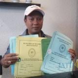 Pengacara Dewi Anjarwati, Dudy Sucahyo, menunjukkan berkas putusan Pengadilan pertama hingga kasasi