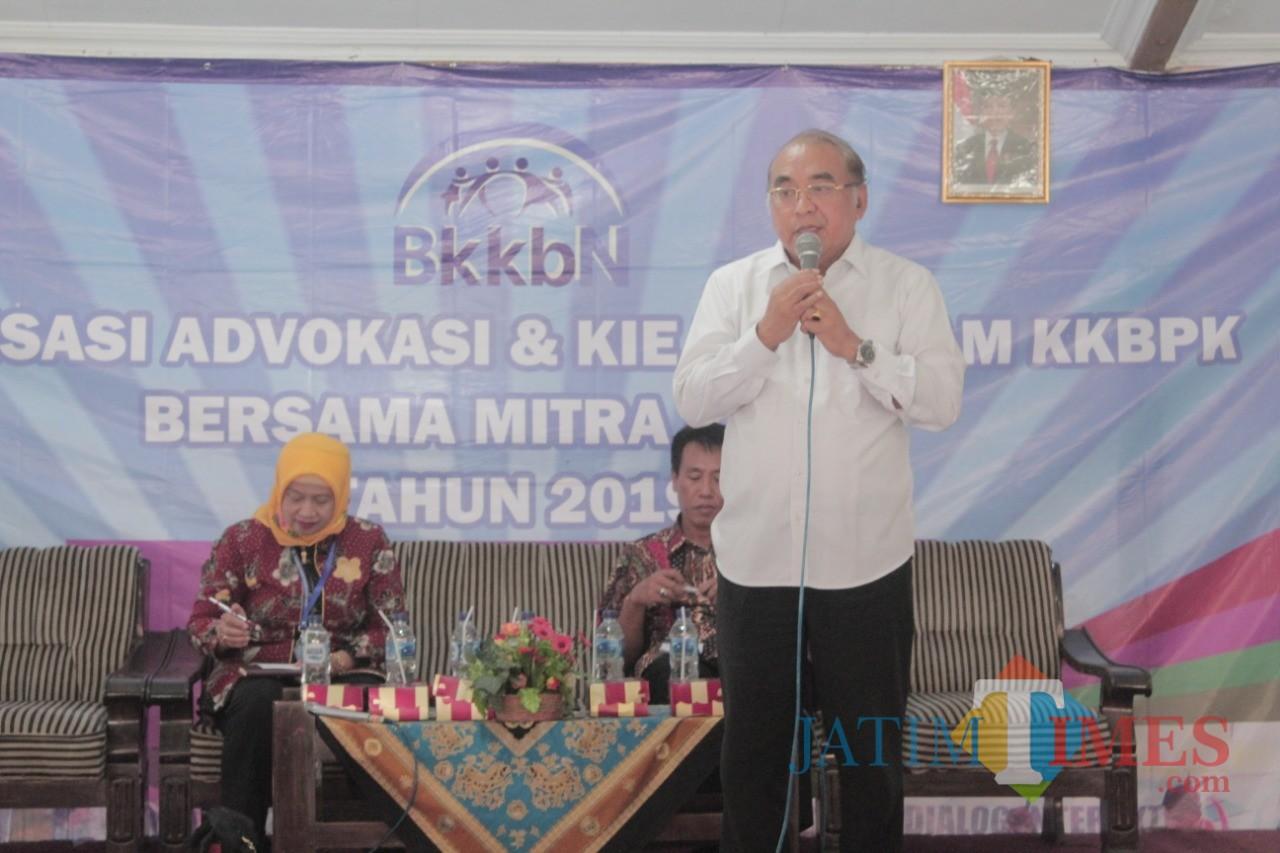 Anggota Komisi IX DPR RI Ir Budi Yuwono memberikan sambutan di Sosialisasi KKBPK di Desa Ringinpitu.(Foto : Team BlitarTIMES)