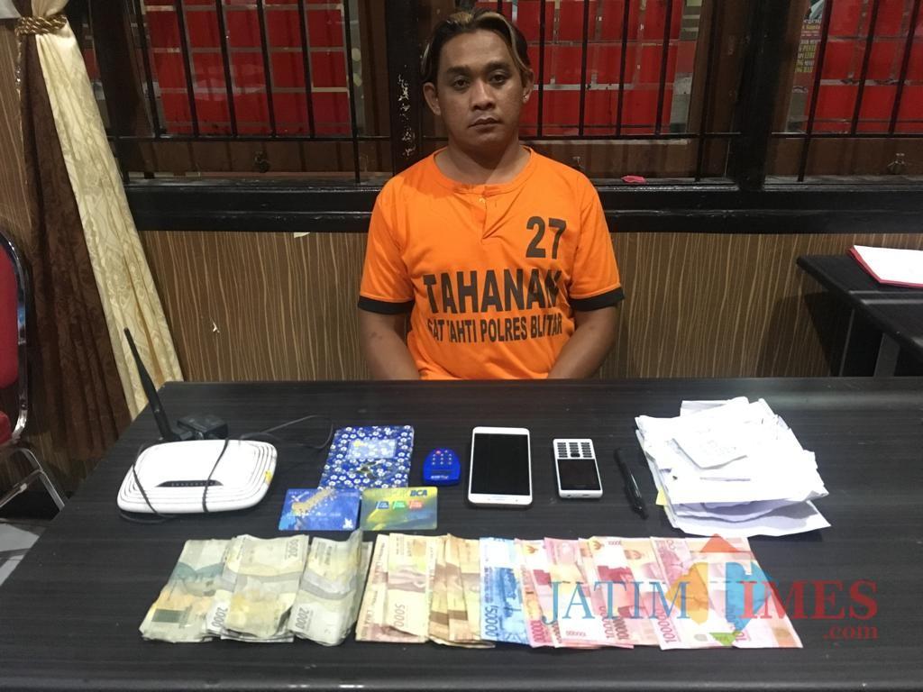 Tersangka Sulis alias Bogleng ditahan di rumah tahanan Polres Blitar
