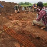 petugas BPCB yang melakukan proses pengupasan lapisan tanah untuk mengetahui hamparan luas struktur batu bata yang ditemukan
