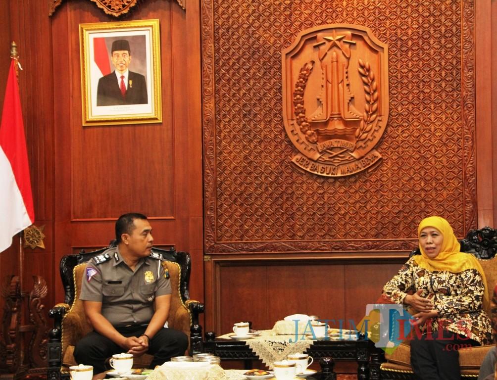 Aiptu Sujadi ketika mendapat penghargaan dari Gubernur Jatim Khofifah.