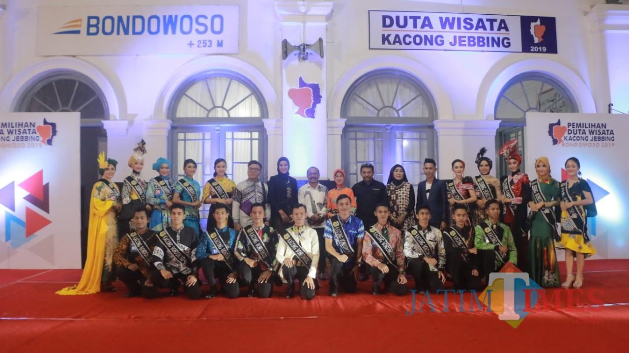 Foto bersama seluruh Kontestan dengan Dewan Juri dan Panitia