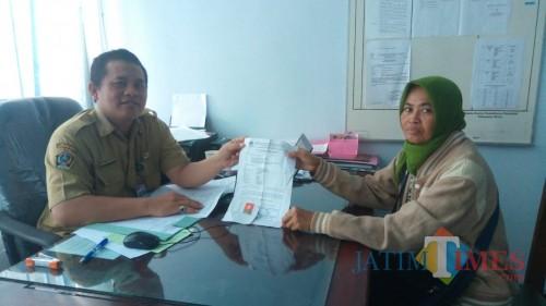 Kabid Dafduk Dispendukcapil Pemkab Blitar Anggo TH melayani warga yang membereskan data ganda.(Foto :  Aunur Rofiq/BlitarTIMES)