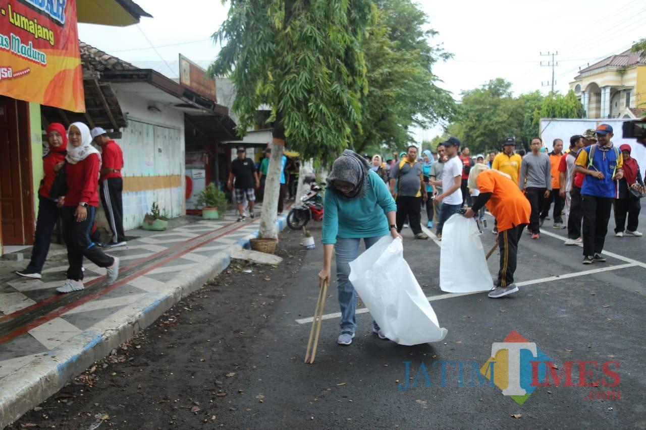 Wakil Bupati Lumajang Ir. Indah Amperawati ketika ikut acara bersih-bersih sampah pada hari ini (Foto : Moch. R. Abdul Fatah / Jatim TIMES)