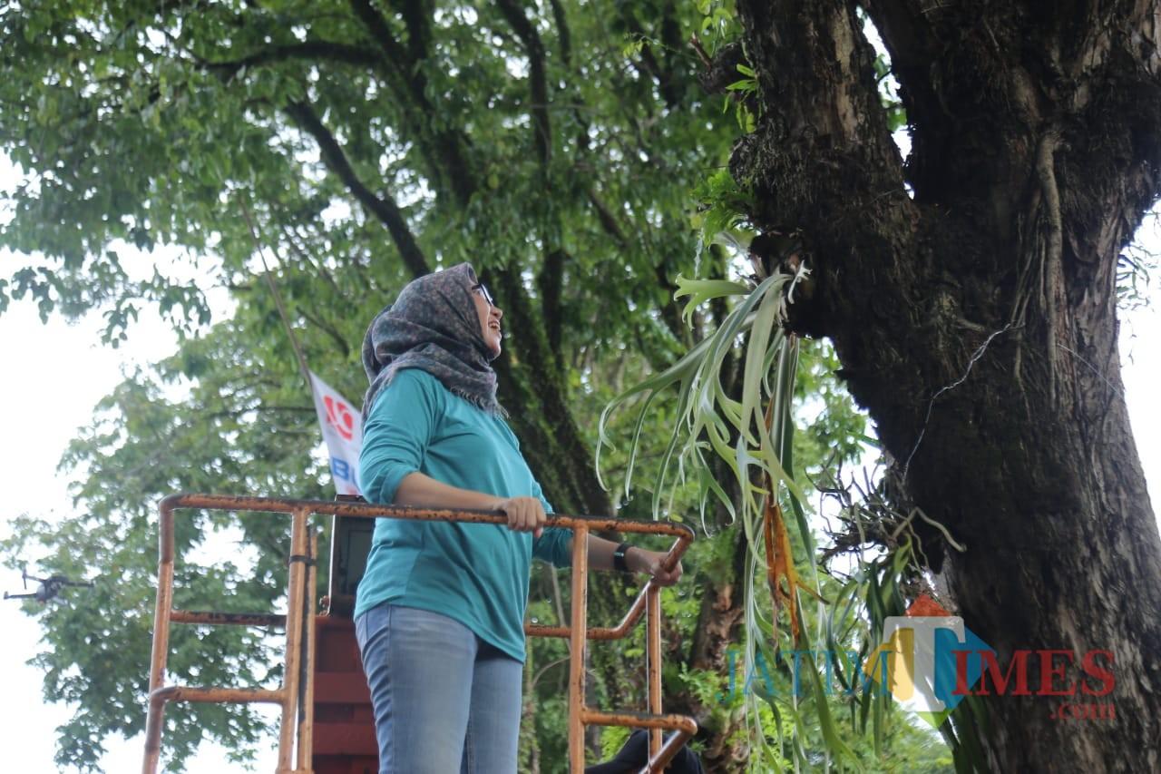 Wakil Bupati Lumajang Ir. Indah Amperawati ketika menanam anggrek Ekor Tupai (Foto : Moch. R. Abdul Fatah / Jatim TIMES)