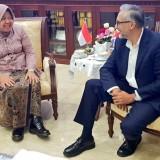 Wali Kota Surabaya Risma dan Dubes Inggris untuk Indonesia Moazzam Malik (Foto: Twitter/@MoazzamTMalik)