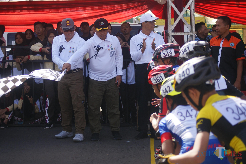 Kapolres Tulungagung, AKBP Tofik Sukendar (kiri) dan Dandim 0807/Tulungagung, Letkol Wildan Bahtiar saat mengangkat bendera start tanda pertandingan dimulai  (foto :  joko pramono/jatimtimes)
