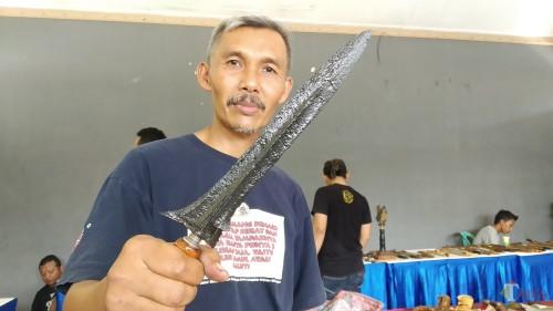Pembuat keris asal Malang, Mpu Zainal Danang saat menunjukkan koleksi keris era Majapahit miliknya dalam pameran yang digelar di DKM (Pipit Anggraeni/MalangTIMES).