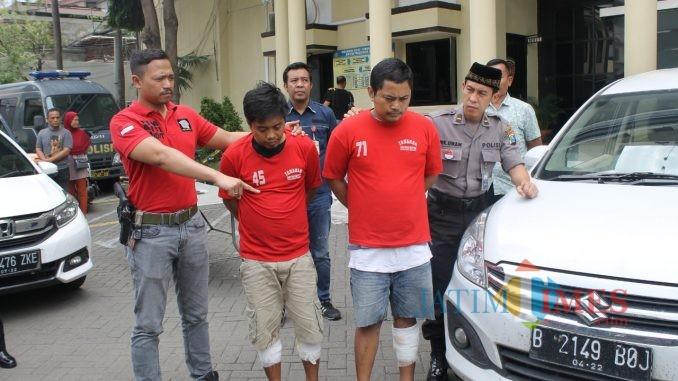Dua pelaku perampasan taksi online saat ditunjukkan polisi