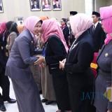 Wali Kota Batu saat mengukuhkan kepala sekolah dan pengawas di Graha Pancasila, Balai Kota Among Tani. (Foto: Humas Pemkot Batu)