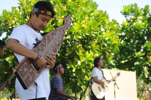 """Pertunjukan seni perwakilan dari Museum Musik Indonsia (MMI) Kota Malang, memainkan alat musik tradisional dari kalimantan  """"Sape"""" yang dipadukan dengan alat musik modern untuk meramaikan Tazokraf 2019."""