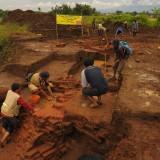 Tim Arkeolog BPCB Jatim yang terus lakukan penggalian disekitar situs Sekaran