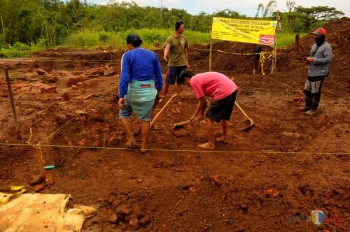 Proses pengikisan lapisan permukaan oleh tim BPCB Jatim dilokasi situs Sekaran