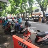 Parkir kendaraan roda 2 dan empat di depan pasar baru, yang menyebabkan kemacetan  (Agus Salam/Jatim TIMES)