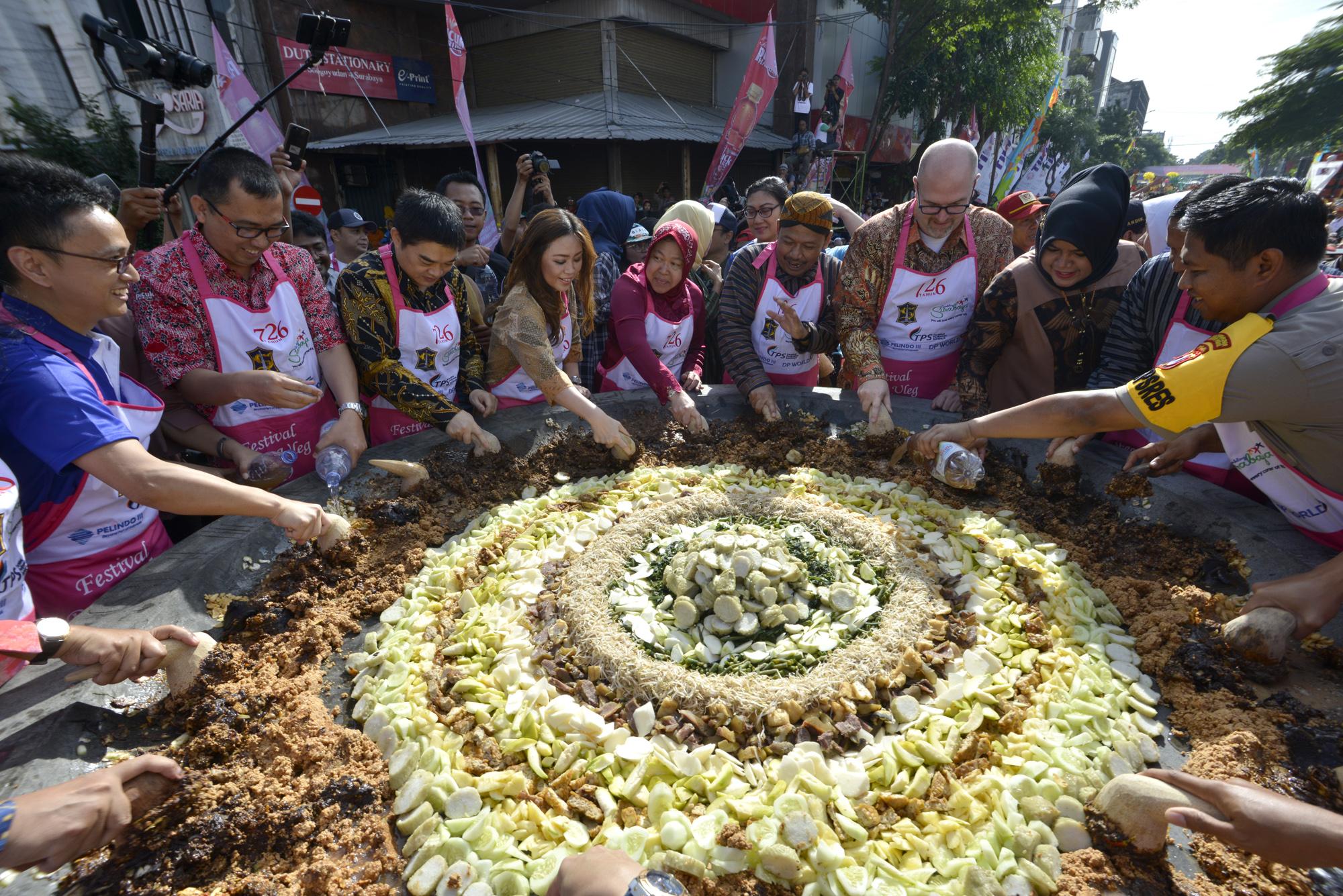 Pemecahan rekor MURI rujak uleg terbesar di Indonesia