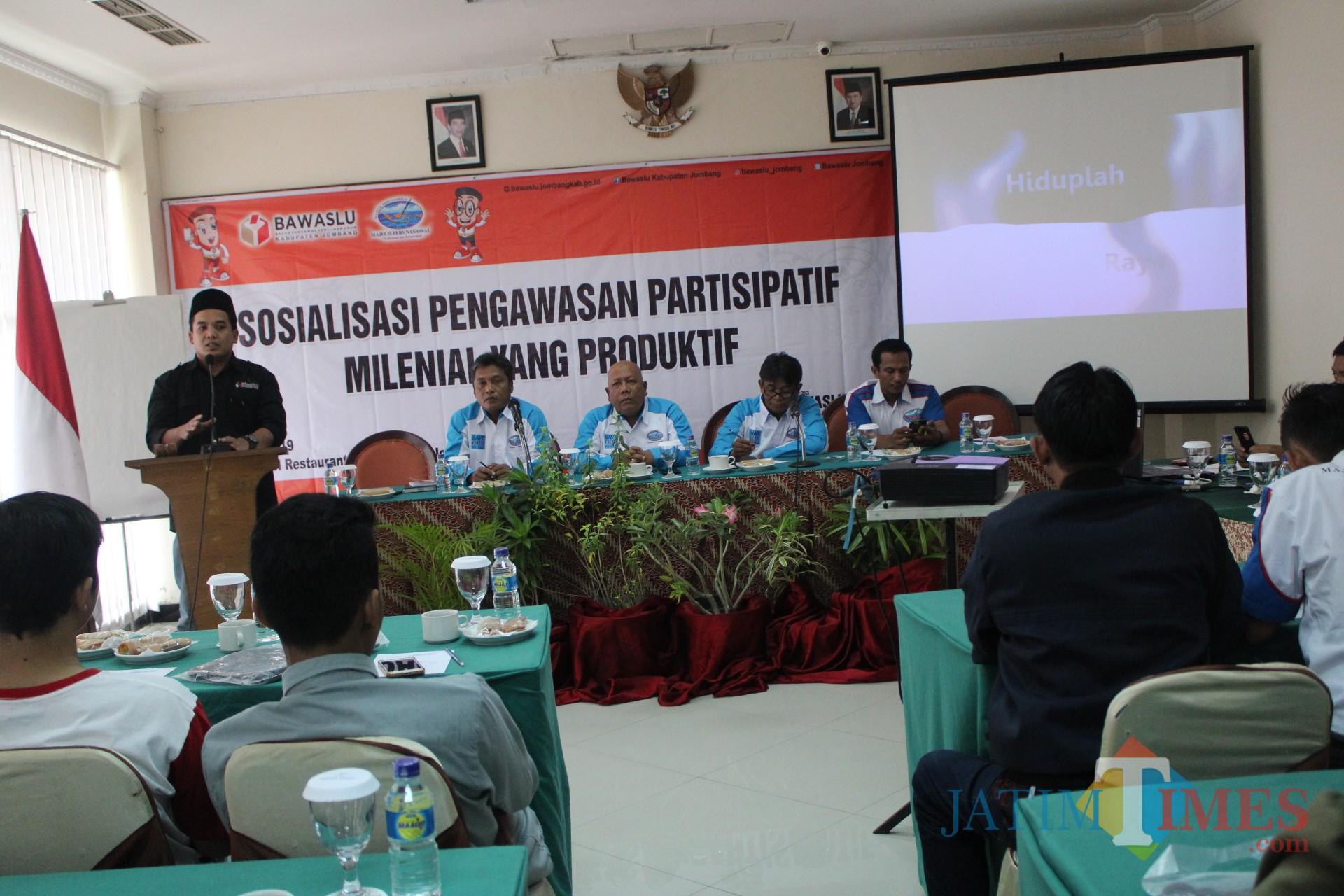 Anggota Bawaslu Kabupaten Jombang, Achmad Zani saat memberikan materi pengawasan partisipatif di hadapan peserta sosialisasi di Hotel Yusro. (Foto : Adi Rosul / JombangTIMES)