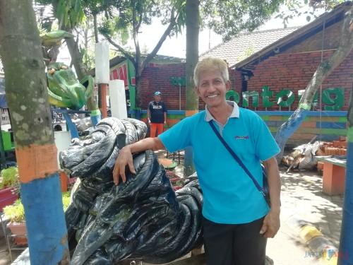 Nana Bintan, kreator dan pencipta replika hewan purba yang kini dipasang di Tanam Contong Kepanjen (Nana)