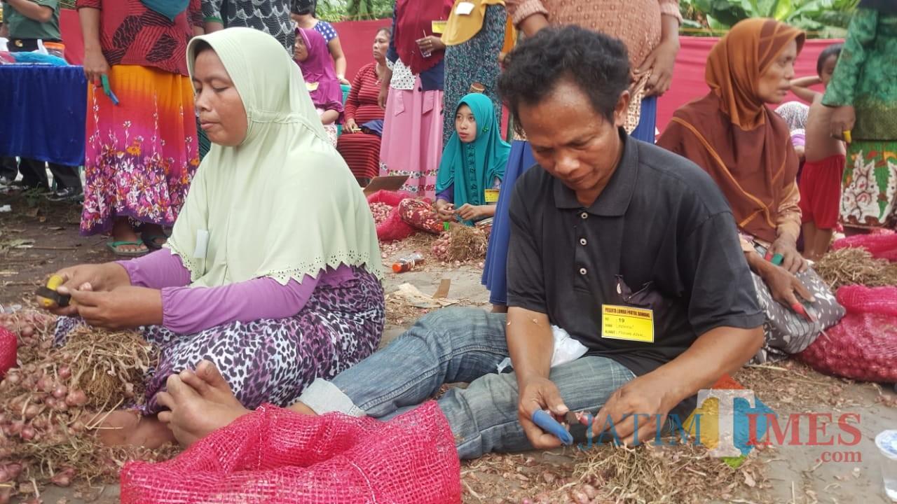 Salah satu peserta lomba kupas bawang merah  (Agus Salam/Jatim TIMES)