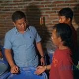 Kasatreskrim Polres Jombang, AKP Azi Pratas Guspitu (pakai baju biru) saat menggrebek rumah produksi arak. (Foto : Adi Rosul / JombangTIMES)