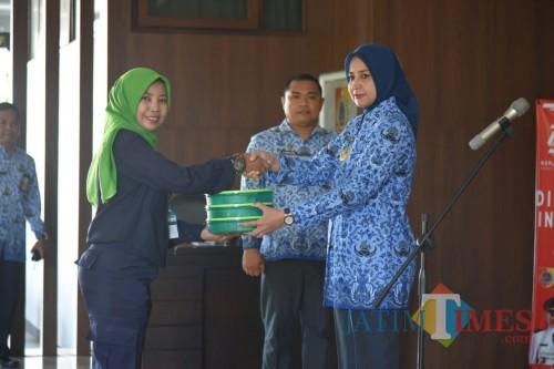 Bupati saat memberikan boks catering kepada tim pengirim secara simbolis untuk diberikan kepada lansia (foto : Moh. Ali Makrus / Jatim TIMES)