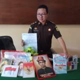 Kasi Intelijen Kejaksaan Negeri Banyuwangi, Bagus Nur Jakfar Adi Saputro menunjukkan sejumlah barang yang dijual secara paksa penerbit yang mengatasnamakan Kejaksaan dan Dinas Pendidikan